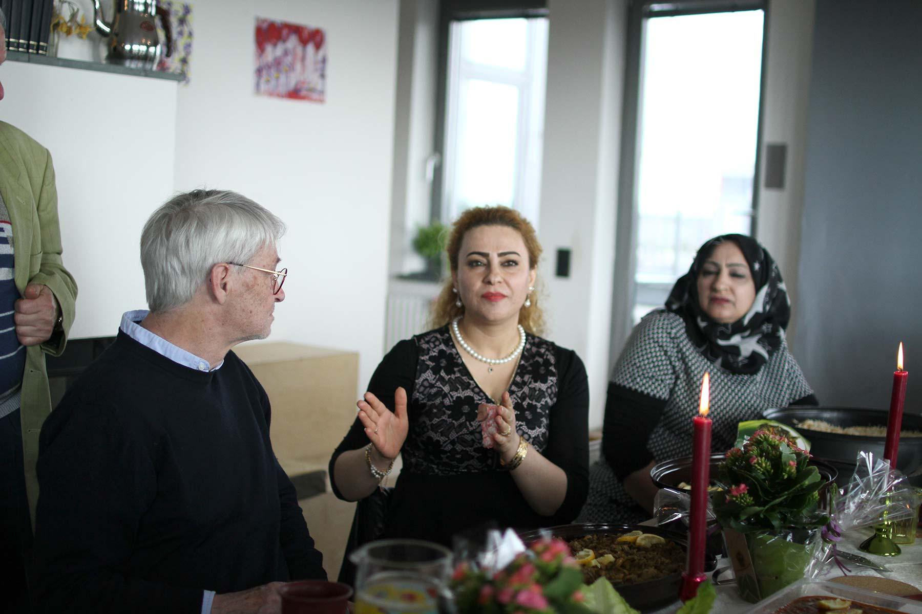 Performativen gemeinsamen Essens von Geflüchteten in der Umgebung des Haus der Statistik, initiiert von Nahed Mansour